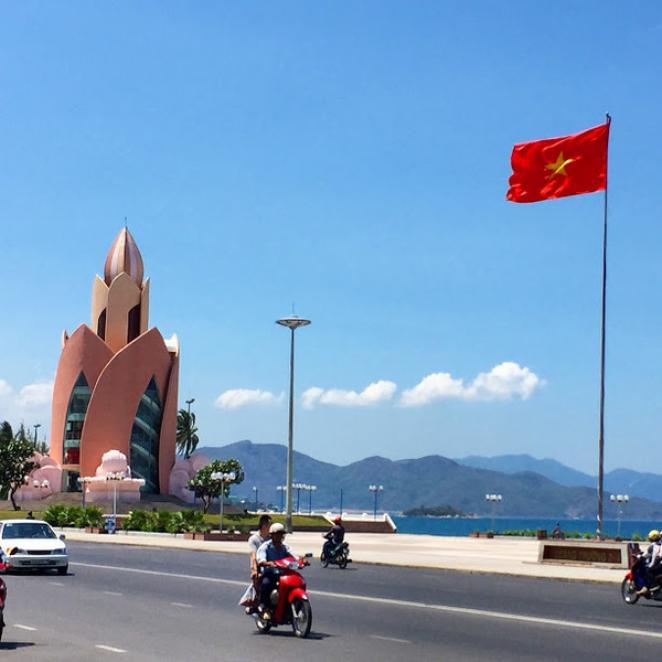 Центральная площадь Нячанга и башня Лотос