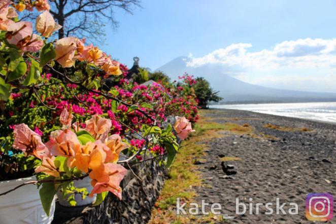 пляж в Амеде на фоне горы Ангунг
